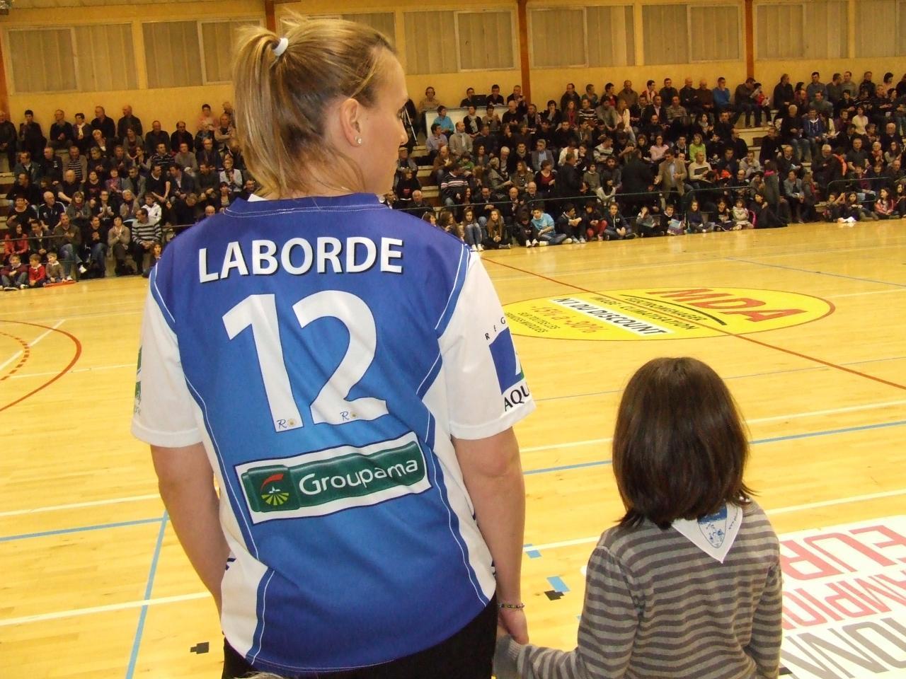 Lucie accompagnée de Marion Laborde pour le coup d'envoi